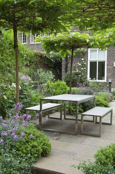 """""""Skødesløs elegance & gode kontraster"""", skriver Kjeld Slot i det seneste Haven om det at komponere den kønne køkkenhave. Man kan næsten k..."""