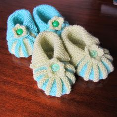This is not my original design, but I've moulded it from another, translated pattern. I've added bottoms to these baby booties, so that they fit better and look cuter. Baby Bootees, Garter Stitch, Baby Knitting Patterns, Baby Shoes, Booty, Crochet, Kids, Baby Things, Bebe