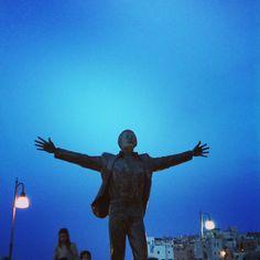 Volareee, Domenico Modugno statua a Polignano a Mare, Puglia