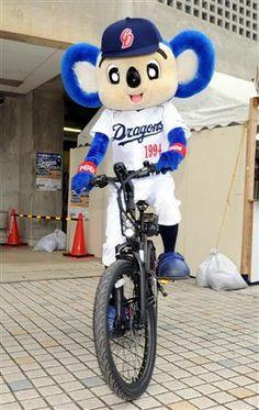 ハイブリッド自転車を乗り回すドアラ=8日、沖縄・北谷公園(撮影・森本幸一)