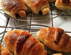 le secret des viennoiseries maison réside dans la pâte levée feuilletée. Facile les croissants et petits pains au chocolat ensuite #cuisine #recette #food Croissants, Hot Dog Buns, Bagel, Rolls, Pork, Bread, Tumblr, Junk Food, Snacks