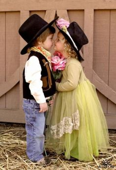They would be so cute for a flower girl and ring bearer for a country rustic wedding. Not my favorite outfit choices, but the picture is adorable! Precious Children, Beautiful Children, Beautiful Babies, Little Cowboy, Cowboy And Cowgirl, Cowgirl Hats, Little People, Little Ones, Cute Kids