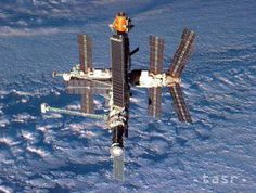 20 YEARS AGO TODAY: Earth and Russia's Mir space station, photographed from the departing Shuttle Atlantis on September (NASA) Mars Mission, Hubble Space Telescope, Space And Astronomy, Space Shuttles, Cosmos, Nasa Space Program, Space Photography, Nasa Astronauts, Air Space