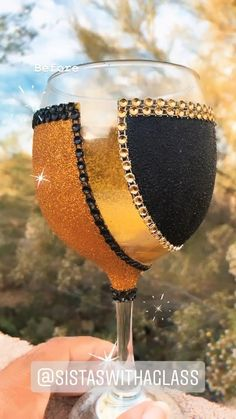 Diy Glitter Glasses, Fancy Wine Glasses, Diy Glasses, Glitter Cups, Decorated Liquor Bottles, Decorated Wine Glasses, Alcohol Bottle Decorations, Bling Bottles, Wine Glass Crafts