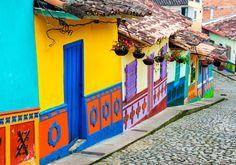 I Colombia ligger den hyggelige, farverige by, Guatape, som har fine, farvestrålende huse, brostensbelagte gader og virkelig smuk natur med søer og det imponerende klippebjerg El Peñol. Du kan besøge hyggelige Guatape fra byen Medellín.