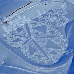 Artist Simon Beck creates gigantic and incredibly detailed works of art in the snow. To create these ephemeral art installations that resemble crop circles, Simon… Crop Circles, Wassily Kandinsky, Simon Beck, Snow Artist, Geometric Artwork, Geometric Patterns, Abstract Art, Winter Crops, Frozen Art