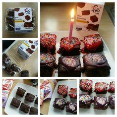 Happy  Birthday ,   glutenfreie Brownies von Rewe. Zuckerguss und Zuckerperlen. Kerzchen  drauf. HAPPY  BIRTHDAY                                ☆ Lisa freundeskreis Projekt  ☆