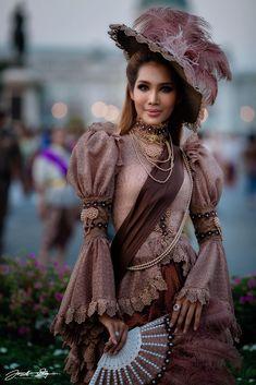 Thai Traditional Dress, Traditional Outfits, Thai Wedding Dress, Wedding Dresses, Unique Fashion, Vintage Fashion, Dress Outfits, Fashion Dresses, Thai Dress