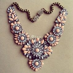 Beautiful statement necklace with coral details.