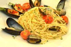 Gli spaghetti con le cozze e le vongole al profumo di zafferano sono un piatto che esalta tutto il gusto del mare.