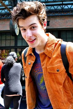 """Shawn Mendes is so good to his fans. We've never seen this guy say """"no"""" to a photo - More on site - LINK IN BIO Magcon, Fangirl, Bae, Shawn Mendas, Shawn Mendes Cute, Mendes Army, Chon Mendes, Shawn Mendes Wallpaper, Brown Girl"""