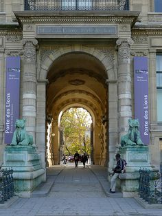 Le Louvre - Porte des Lions - a less congested entrance to the museum, closed on Fridays and closes at 5:15pm on Wednesdays.