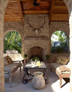 House Tour | Nel Texas si respira aria di Toscana.  Il loggiato coperto con camino