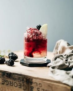 Need a cocktail for the weekend? Try this Italian Bramble: juniper berries + blackberry reduction, lemon juice, sparkling water, lots of ice. You can make it alcohol free or add some gin in there! Full recipe on ze blog.