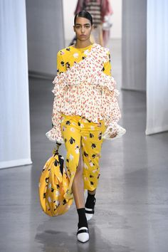 Self-Portrait Spring 2019 Ready-to-Wear Fashion Show Collection: See the complete Self-Portrait Spring 2019 Ready-to-Wear collection. Look 14 Yellow Fashion, Pop Fashion, Fashion Week, Fashion Prints, Runway Fashion, Fashion Outfits, Feminine Dress, Costume, Fashion Show Collection