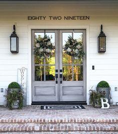 Br House, House With Porch, Farm House Porch, Farm Yard, Farmhouse Front Porches, Farmhouse House Numbers, Farmhouse Patio Doors, Southern Front Porches, Farmhouse Outdoor Decor