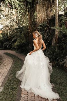 Tara Lauren is a California based bridal brand that embodies a romantic, fresh, elevated bohemian aesthetic designed with an admiration for the spirited confidence of today's adventurous modern bride.