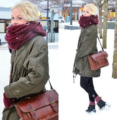 From the massive scarf to the leather bag this outfit is perfect.