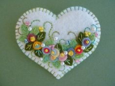 Felt Applique Heart Pin by Beedeebabee on Etsy Felt Embroidery, Felt Applique, Flower Applique, Embroidery Patterns, Felt Christmas Ornaments, Christmas Crafts, Fabric Crafts, Sewing Crafts, Felt Decorations
