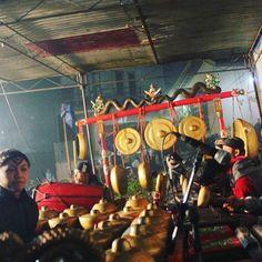 Kampus Wetan Desa Wonosobo berada di Kecamatan Srono, sekitar 22 km atau 40 menit dari pusat kota Banyuwangi. Di desa ini terdapat berbagai potensi budaya yang dikemas menjadi atraksi wisata berupa aktivitas keseharian masyarakat desa yang unik dan khas, seperti home industry kerajinan pembuatan gamelan dan alat-alat musik tradisional Banyuwangi, kerajinan ukiran yang mengerjakan ukiran untuk gamelan maupun ukiran-ukiran lainnya, pande besi tradisional, dan kegiatan pembuatan gula kelapa… Fair Grounds, Tours, Travel, Viajes, Destinations, Traveling, Trips