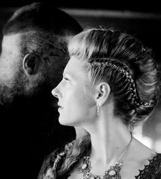 Lagertha, love the hairstyles she wears on Vikings Ragnar Lothbrok, Vikings Ragnar, Vikings Tv Show, Norse Vikings, Katheryn Winnick Vikings, Lagertha Hair, Hair Shows, Costume, Hair Cuts