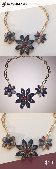 💙 Flower Necklace 💙 Brand : H&M / I have used this necklace once, but it is in great condition / I am selling bc I don't need this anymore / In need of a new home / 💕 H&M Accessories