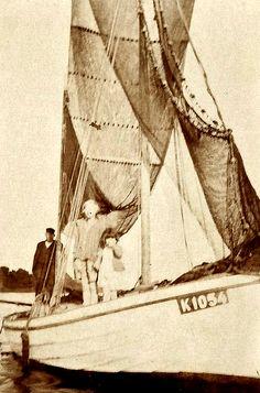 Drivkvasernes historie er en af hovedafdelingerne på drivkvasen Karens nye hjemmeside. 25. juli 2017 Sailing Ships, Boat, Nye, Transportation, Historia, Dinghy, Boats, Sailboat, Ship
