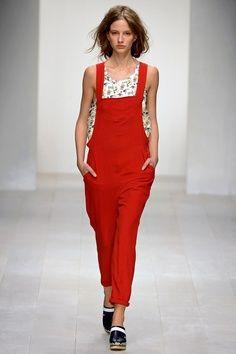 Kinder Aggugini Spring 2013 Ready-to-Wear Fashion Show - Roberta Cardenio Fashion Week 2015, Spring Fashion, Fashion Show, Fashion Design, Red Overalls, Dungarees, Celebrity Look, Girl Day, Vogue Fashion