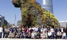 Aquí está la foto de grupo delante de Puppy con aquellas personas que apoyáis al proyecto #LandArtBilbao