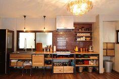 アイアンと無垢の木のキッチン。お鍋や調理器具などを飾るように収納して。レトロなタイル使いで雰囲気UP 大阪でリフォームするならヴィンテージホームズ #リフォーム #リノベ #マンションリノベーション #リノベーション #暮らし #インテリア #住宅 #リノベーション住宅 #工務店 #家づくり#interior #住まい #施工事例 #おしゃれな家 #ヴィンテージホームズ #キッチン #woodone #レトロ #カフェスタイル #アンティーク