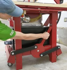 Woodworking Shop Layout, Woodworking Workshop, Woodworking Bench, Workbench On Wheels, Portable Workbench, Welding Projects, Diy Wood Projects, Woodworking Projects, Diy Garage Storage Cabinets