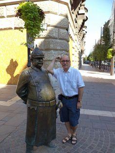 En Budapest, Hungría, junto a la estatua a un soldado húngaro.