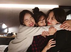 Shared by Jubs. Find images and videos about friends, ulzzang and korean girls on We Heart It - the app to get lost in what you love. Best Friend Poses, 3 Best Friends, Cute Friends, Girls Best Friend, Friends Girls, Find Friends, Friends Forever, Ulzzang Couple, Ulzzang Girl