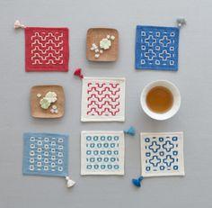 カラフルな布と刺しゅう糸を使った、ポップなデザインのコースター。/刺し子風の布小物(「はんど&はあと」2013年3月号)