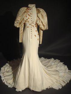 TORRENTE  Robe crème avec incrustation de papillons en cristal de la dernière collection haute couture 2004. Griffée