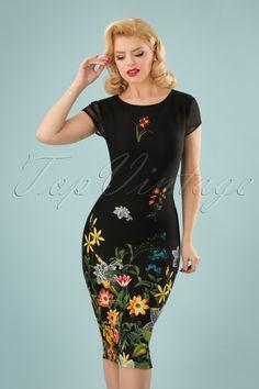 """Deze 60s Fiora Field Flower Pencil Dress in Black is niet voor muurbloempjes! """"A sexy little black dress with a colourful twist""""! De snit van deze retro wiggle is met haar doorzichtige mesh kapmouwtjes en hoge halslijn vrij clean maar daardoor springt de kleurrijke print van veldbloemen er nog meer uit. Uitgevoerd in een zwart stofje met een lichte stretch en een fijn structuurtje dat je rondingen prachtig omarmt zonder af te tekenen. Fiora is nog mooier dan een bos bloemen ;-) Pencil stijl…"""