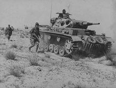 Танк Pz.Kpfw.III №615 21-й танковой дивизии Африканского корпуса вермахта сопровождает наступающую пехоту в Египте
