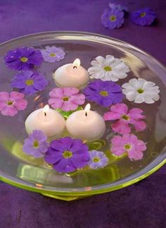 25 Floating Flowers And Candles Centerpieces Floating Candle Centerpieces, Wedding Table Centerpieces, Flower Centerpieces, Flower Arrangements, Graduation Centerpiece, Simple Centerpieces, Centerpiece Ideas, Table Violet, Floating Flowers