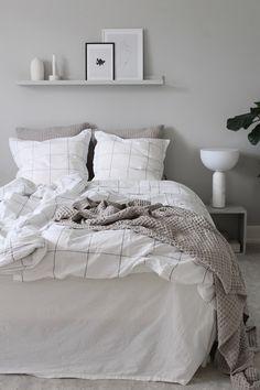 38 Cool And Stylish Scandinavian Bedroom Design Ideas Bedroom Tv Wall, White Bedroom, Bedroom Decor, Monochrome Bedroom, Cozy Bedroom, Master Bedroom, Grey Bedroom Furniture, Couple Room, Deco Addict