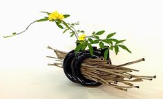sogetsu ikebana freestyle - Ikebana Flower Arrangement, Ikebana Arrangements, Flower Arrangements Simple, Table Arrangements, Flower Show, Flower Art, Ikebana Sogetsu, Japanese Flowers, Garden Club