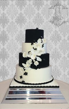 Wedding Cake Noir et blanc  Fleurs en sucre #weddingcake #mariage #fleursensucre #orchidéessucre #roseensucre  #frenchwedding #gateaudemariage #paysdelaloire #mariageangers #patisserie #cakedesign #weddinglux  #loirevalleywedding