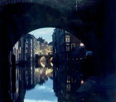 1961. Oudegracht. Doorkijk onder de Gaardbrug naar de Maartensbrug en rechts de Donkere Gaard