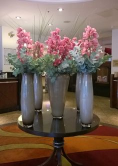Pretty in pink lobby flowers at the London Marriott Hotel Regents Park Hotel Flower Arrangements, Flower Centerpieces, Vases Decor, Plant Decor, Wedding Window Decorations, My Flower, Flower Art, Jeff Leatham, Hotel Flowers