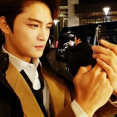 """171116  """"What is happening to his cell phone while he is a master of playing alone ... (Hint: @ jj_1986_jj)"""""""