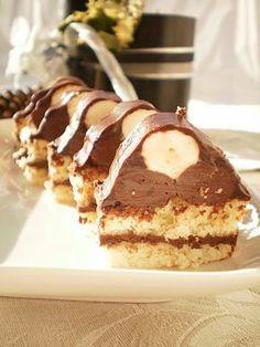 Acesta este al treilea an in care pregatesc aceasta prajitura. Anul aceasta am schimbat crema pastrandu-i doar forma. Foi 6 oua 6 lg faina 6 lg zahar esenta de vanilie Crema I 600 gr ciocolata amaruie 600 ml frisca Crema II 300 gr ciocolata alba 300 ml frisca esenta de vanilie Glazura 250 gr ciocolata