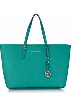 El color turquesa es todo un it, este bolso es de la firma Michael Kors