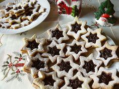 Biscuiții aceștia în formă de sandvici de steluțe sunt perfecți pentru o gustare dulce de Crăciun. Puteți face alte modele, atât timp cât aveți două forme asemănătoare de dimensiuni diferite. Timp de preparare: 60 minute la frigider, 10 minute la cuptor Cantitate: aprox. 20 fursecuri Ingrediente: 225 g unt la temperatura camerei 60 g zahăr …