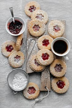 Jam Tarts - Homemade jam tarts with leftover shortcrust pastry with coffee. or tea Jam Cookies, Cookies Et Biscuits, Linzer Cookies, Tea Biscuits, Sugar Cookies, Cookie Recipes, Dessert Recipes, Jam Tarts, Slow Cooker Desserts
