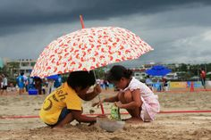 2008년 여름 표선해수욕장, 귀여운 꼬마 두명이 무더운 여름도 아랑곳하지 않고 열심히 모래성을 쌓고 있네요~ 이 꼬마들에게는 나중에 아름다운 여름의 추억으로 남았겠죠~ #카톡 SoonHyeok Kang님