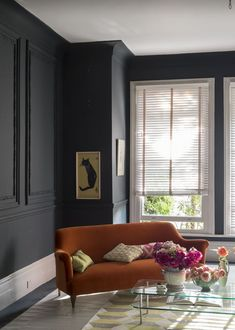 More blue than black, Railings by Farrow & Ball is a softer alternative to black which is particularly suited to the ironwork it takes its name from. Farrow And Ball Living Room, Dark Living Rooms, Living Room Paint, Living Room Decor, Farrow And Ball Kitchen, Contemporary Lounge, Contemporary Interior, Farrow Ball, Farrow And Ball Paint